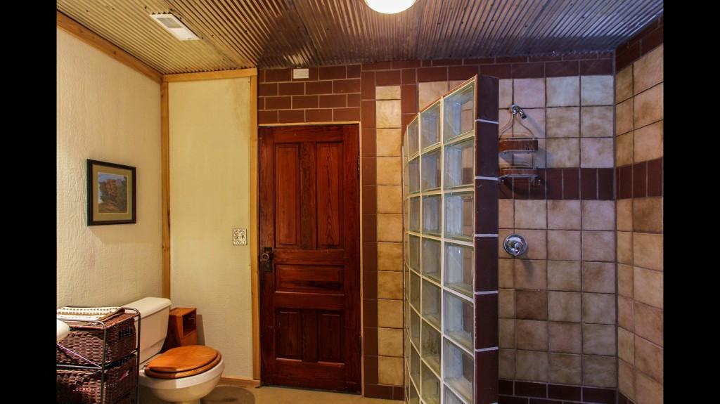 main-cabin-bathroom
